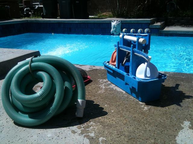 vysavač u bazénu