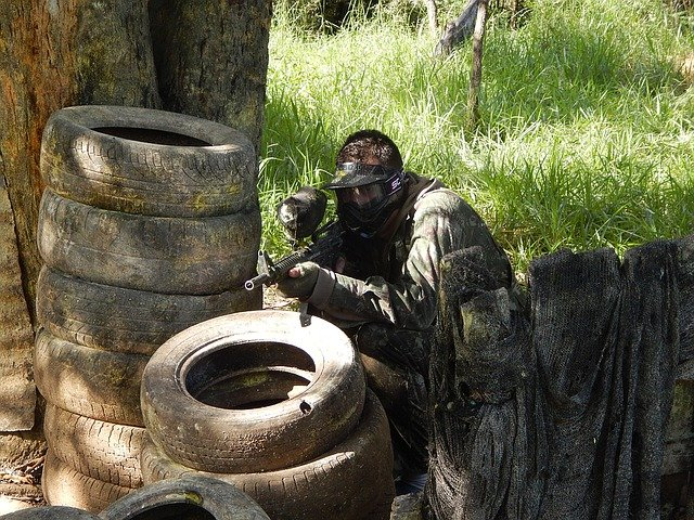 hráč s pistolí