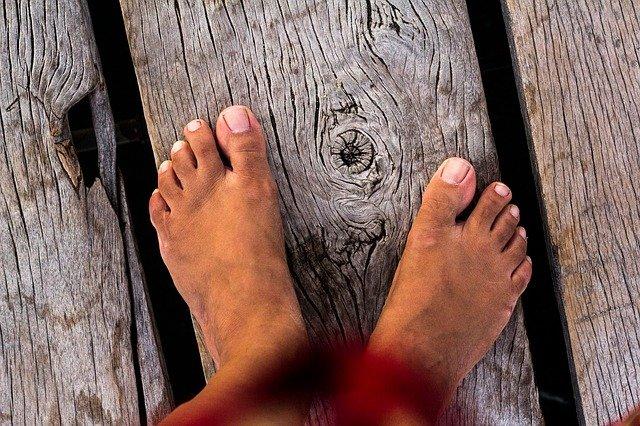 nohy na dřevě